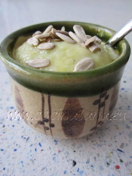 Crema de calabacín chorrito de aceite y decora con semillas de girasol.