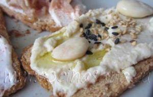 Mini-tostas mixtas de Hummus, Almendras, Queso fresco y Atún