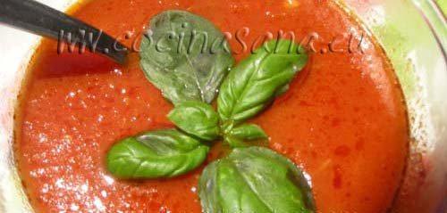 Salsa de tomate casera con albahaca