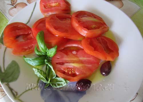 corta los tomates y dejar en un platón con aceite de oliva y aceitunas