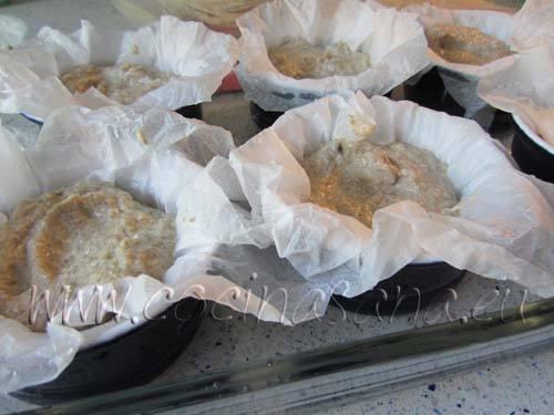 Vierte la mezcla en 6 moldes individuales forrados con papel de horno