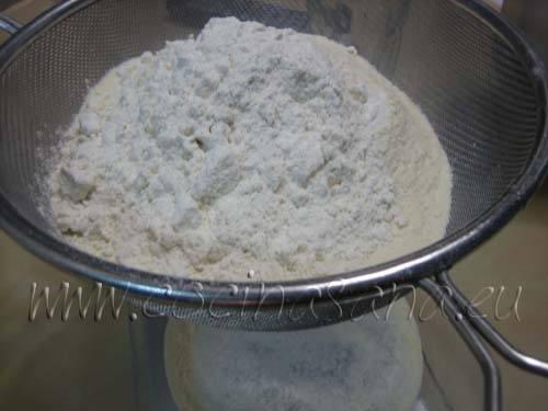 echa le agua a temperatura ambiente, el azúcar, y la sal, luego el yogur, la harina tamizada