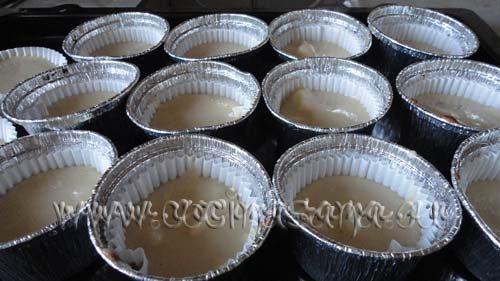 echa la masa en unos moldes para maffin