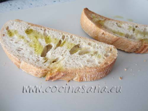 Pon el pan en la tostadora, echa un poco de aceite de oliva sobre el pan