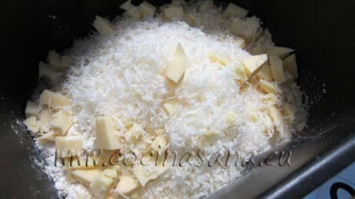 ahora echa el queso emmental y el parmigiano rallado