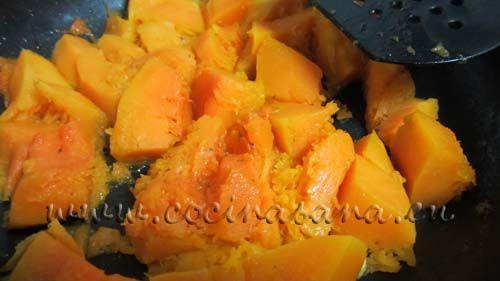 Corta la calabaza en trocitos y cuécela  en una sartén con el aceite y un poco de agua hasta que esté blandita