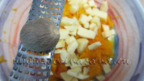 Incorpora el queso cortado en dados, el jengibre, la nuez moscada rallada y la mitad de las nueces e integra muy bien hasta que tenga una buena consistencia.