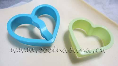 Para preparar estos corazones necesitarás dos moldes con forma de corazones, uno más grande y uno más pequeño