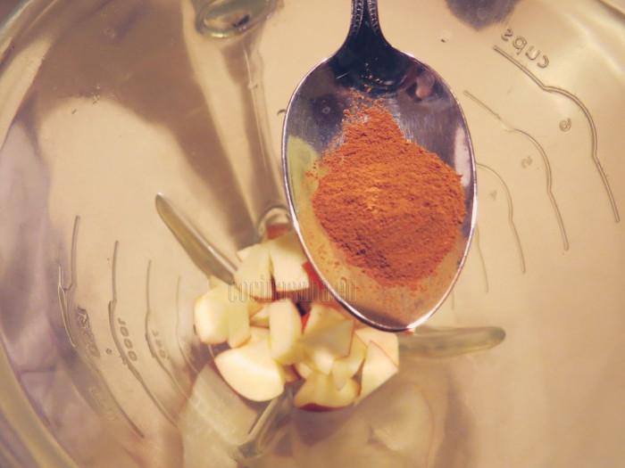Agrega la manzana picada y sin semilla, adiciona la canela