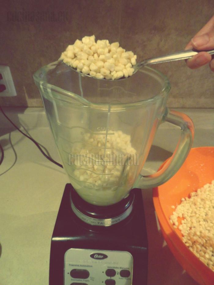 Agrega los granos de maíz a la licuadora o a un procesador