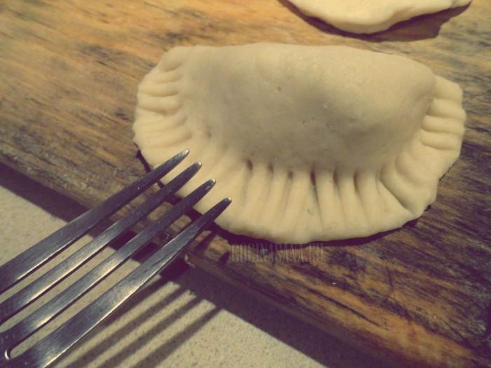 presiona la orilla de las empanadas con un tenedor