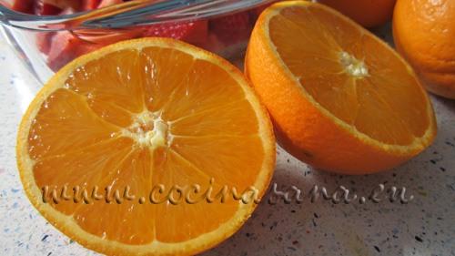 Exprime las naranjas para obtener el jugo de naranja fresco, revisar que no quede ninguna semilla.