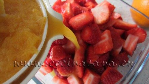 echa el zumo de naranja encima de las fresas y mezcla hasta que tenga una apariencia glaseada y brillosa, sirve inmediatamente o refrigera.