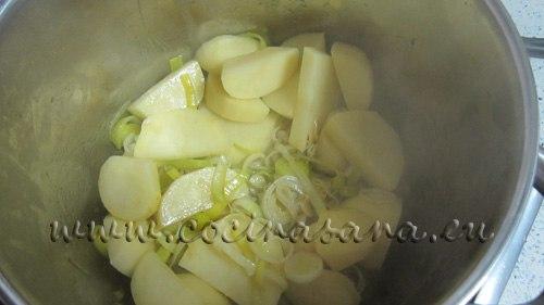 luego el puerro en rodajas, las patatas peladas y cortadas se agregan a la olla para posteriormente cocerlas