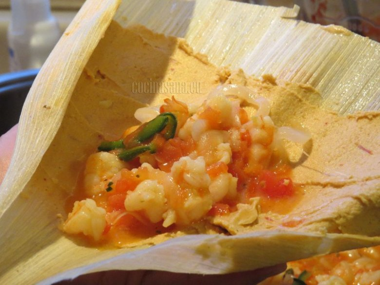 Agrega el relleno a la masa de maíz y cerrar la hoja de maíz, cerrar o doblar los extremos