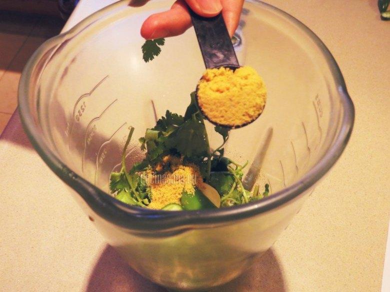 Agrega consomé, salsa inglesa, aceite, el jugo de limón y el ajo
