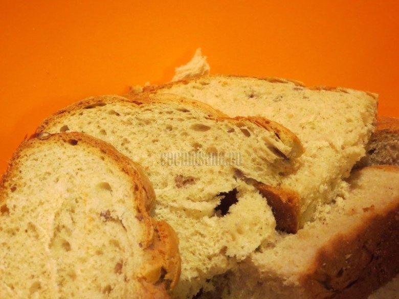 Cortar el pan en rebanadas gruesas y reservar para tostar y añadir al resto de los ingredientes.