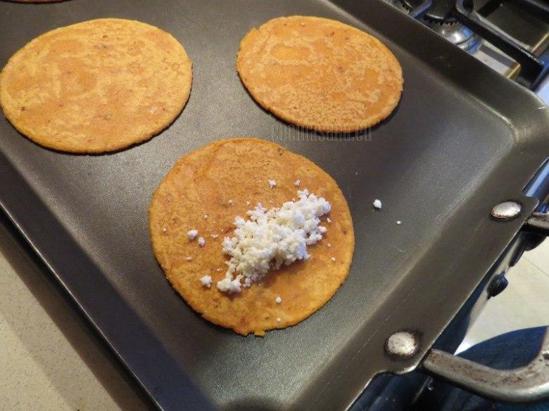 Coloca en la plancha o sartén, espera unos minutos dales la vuelta y coloca el queso