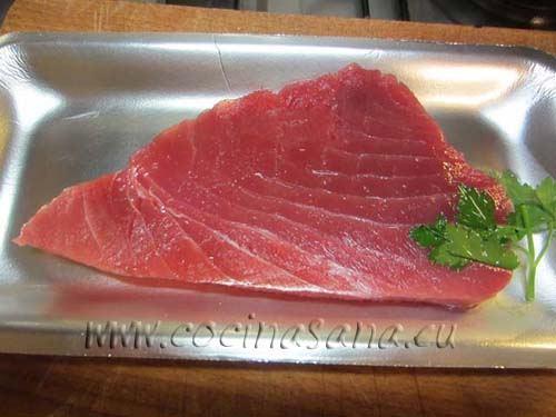 Coge un filete de atún de 2 cm de grosor
