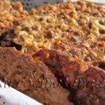 Forra la bandeja del horno con papel horno, coge una cucharilla y echa un poco de masa encima de la bandeja
