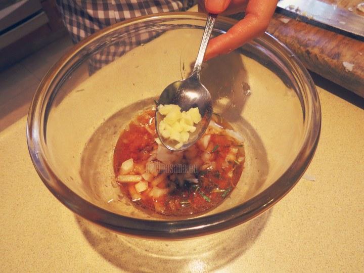 Agrega la cebolla y el ajo