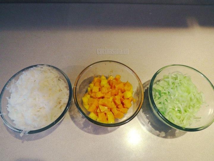 Picar la fruta  y rallar el pepino y la jícama