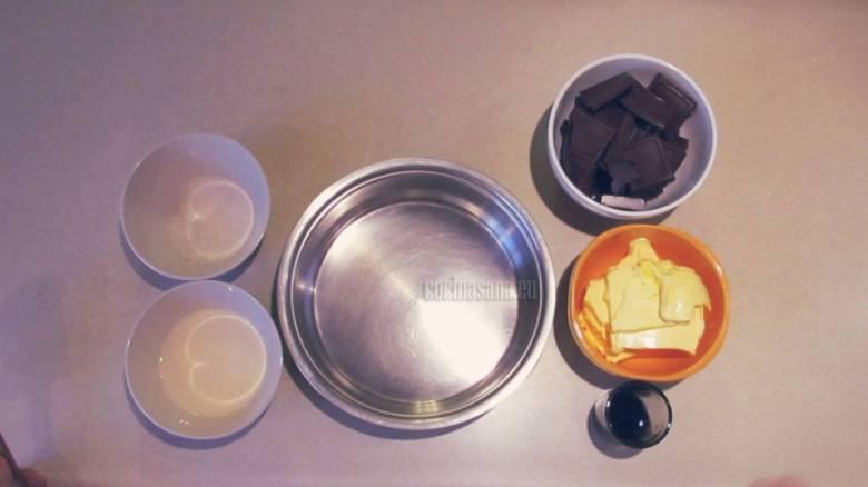 Preparar el Glaseado con la mantequilla, chocolate, vainilla etc.