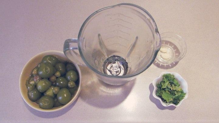 Licuar los tomate cocidos con sal, ajo y cilantro para elaborar la salsa verde con la que bañaran las enchiladas