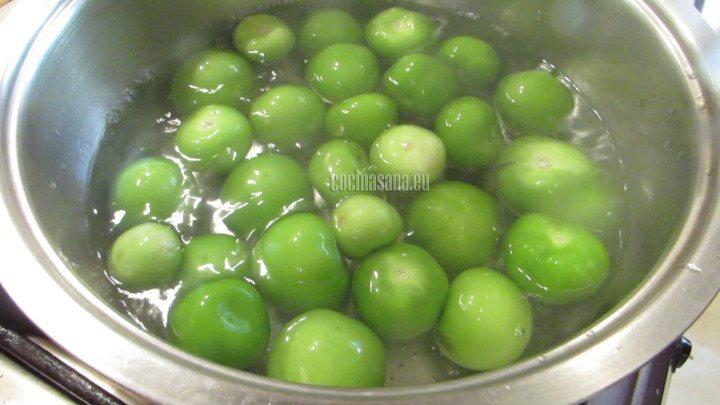 Cocer el pollo y los tomates verdes para preparar la salsa y también el relleno de las enchiladas