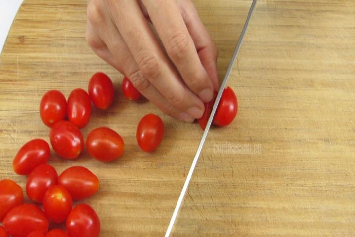 Picar los Tomates cherry por la mitad y reservar para mezclar con el resto de los ingredientes