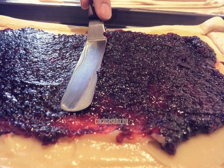 Colocar  la crema pastelera y después la conserva de jamaica, esparcir con una espátula o una cuchara