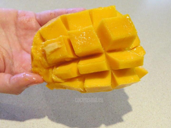 Dar vuelta a la piel y retirar la pulpa de la cáscara del mango