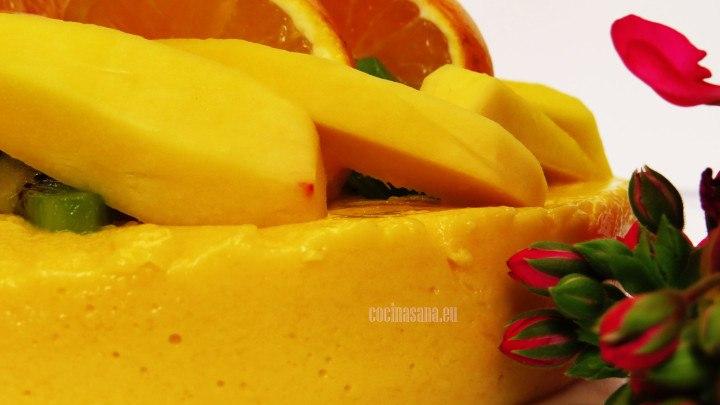 Mousse de Mango ligero servido con mango y frutas frescas