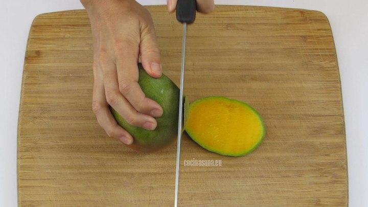 Pelar y cortar el Mango en trozos pequeños, aunque no tienen que ser uniformes