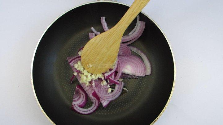 Saltear la cebolla y el ajo  en un poco de aceite hasta que se acitronen y caramelicen