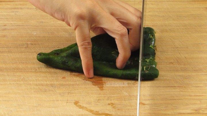 Asar, limpiar y desvenar el chile poblano, es importante retirar la semillas para evitar que se vuelvan muy picantes. Rebanar en juliana o tiras delgadas.