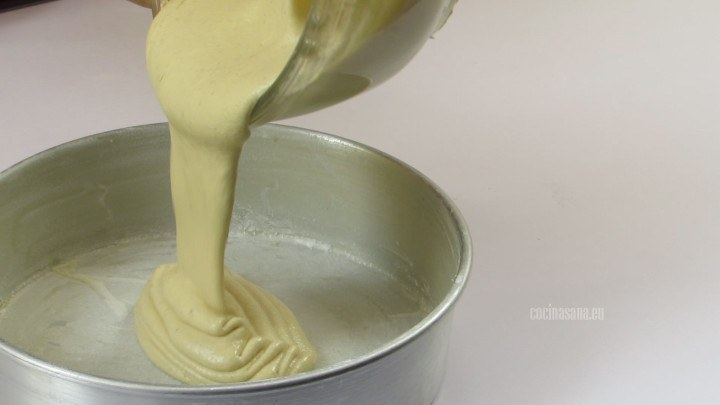 Colocar en un molde y hornear por 20 minutos a 180°C.