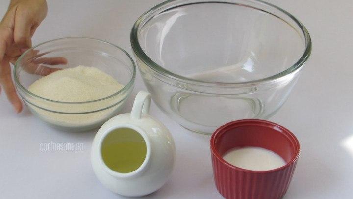 Mezclar Azúcar, Aceite y Yogur para  comenzar a elabora la mezcla de los pastelillos de chocolate