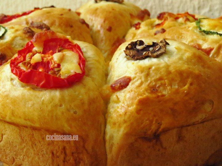 Rosca de Pan servida con verduras y queso