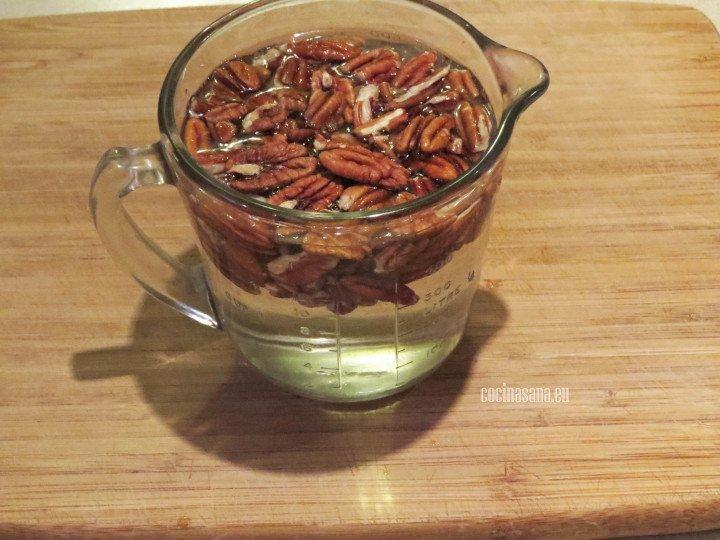 Remojar las nueces en el agua por alrededor de 2 horas para lograr que se suavicen