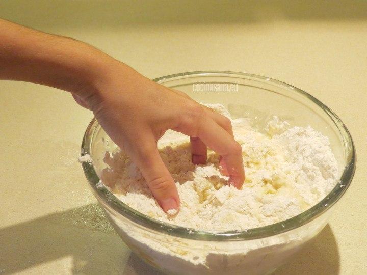 Amasar con las manos la preparación hasta convertir la mezcla en una masa uniforme y homogénea