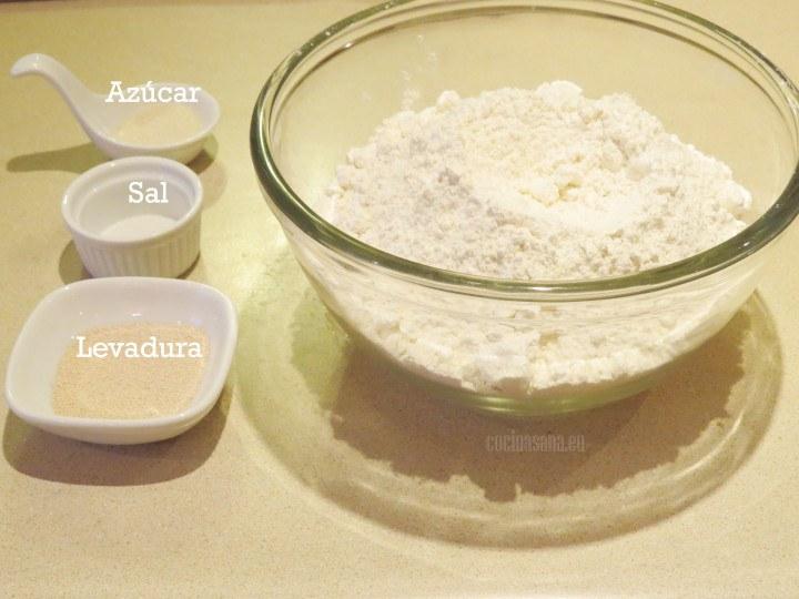 Combinar harina con sal, azúcar y levadura procurar integrar perfectamente