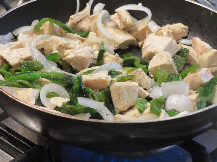 Saltear las cebollas, el pollo y las rajas de poblano. hasta que estén suaves y ligeramente doradas.