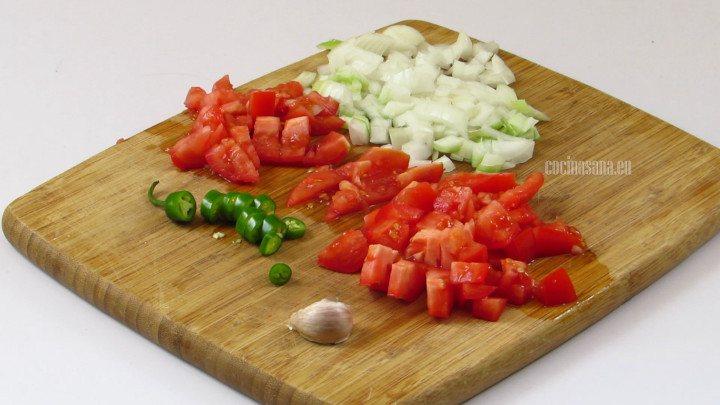 Picar las verduras, el ajo, chile serrano, tomate y la cebolla para preparar la sopa