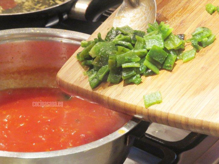Agregar el chile poblano y dejar cocinar por algunos minutos hasta que se suavice y se integren los sabores