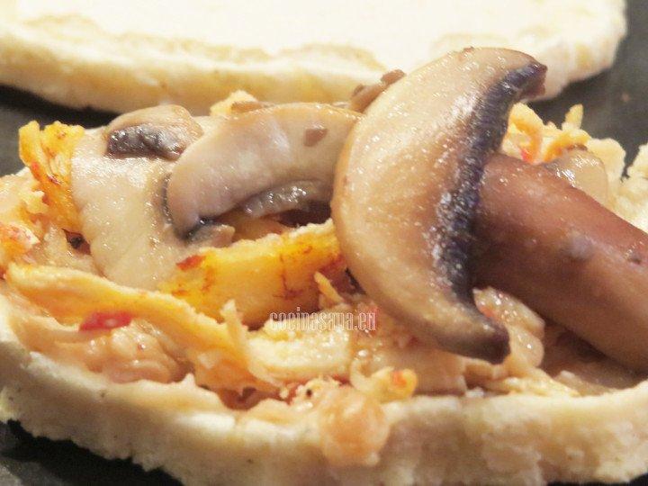 Colocar los frijoles, el pollo y los champiñones, servir con el queso y la salsa.
