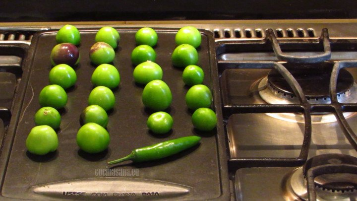 Asar junto con el chile los tomates sobre una plancha o sartén plano sin aceite, hasta que se suavicen y doren por el exterior