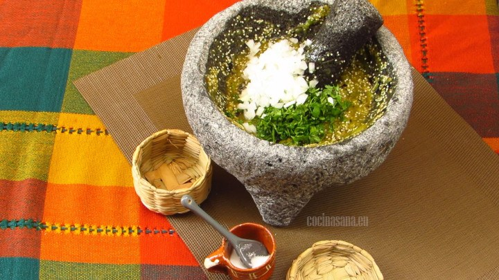 Agregar la cebolla y cilantro a la tomate triturado, mezclar y rectificar sazón si es necesario.