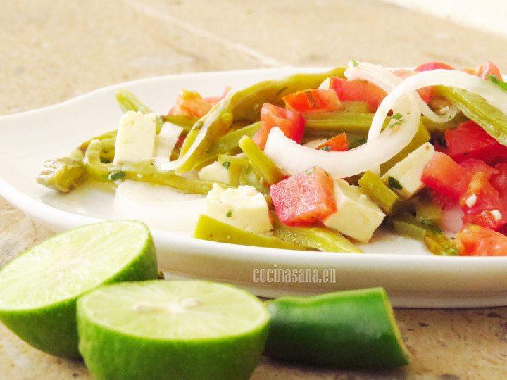 Ensalada de Nopal servida con limón, fresca y sencilla