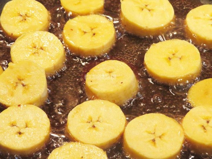 Sofreír el Plátano en la manteca de cerdo hasta que tome un color dorado